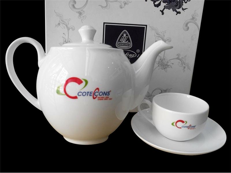 in hình logo lên tách trà